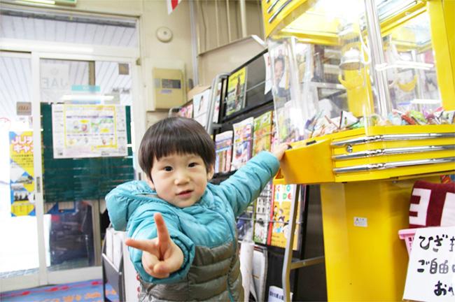大好きなUFOキャッチャーで遊ぶお子様。UFOキャッチャーにはお菓子がたくさん。お子様は無料でチャレンジできます。どんなお菓子が出るのかお楽しみ。